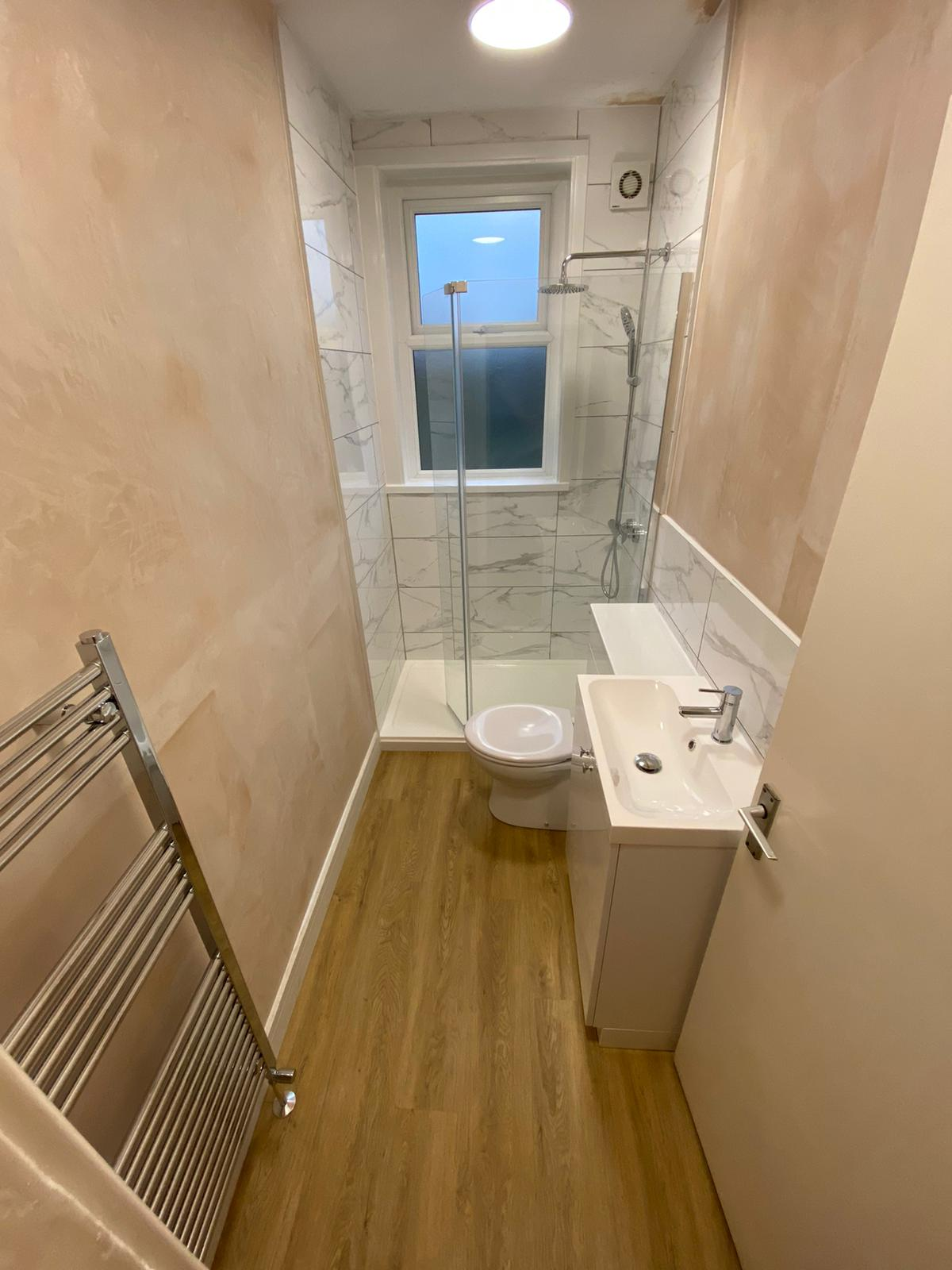 narrow bathroom using all space effectively to provide a luxury user experience